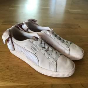 Rosa jättesöta sneakers från Puma med en rosa rosett på hälen. Har alltid beundrat dessa skor som nu blivit för små🥺. Använt skick men absolut värda sitt låga pris. Storlek 36 men ganska små i storleken. Skicka dm för köp❤️