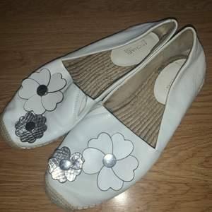 Jätte fina skor från Michael Kors, perfekta nu till sommaren! Konatkta för mer! Frakt tillkommer!🌸✨