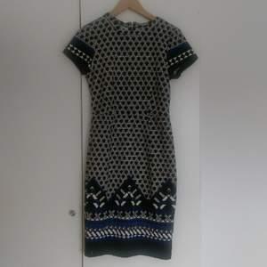 Mönstrad klänning från h&m, använd en gång. Dragkedja bak i ryggen.