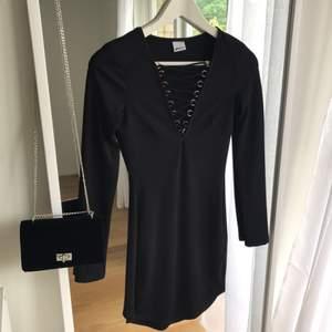 Snygg klänning med snörning, svart. Passar även en som har S. Som ny