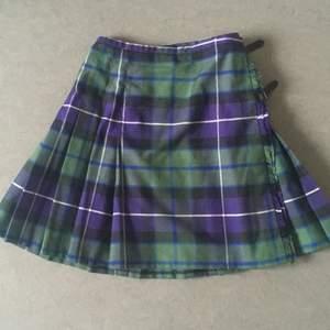 Riktigt fin kilt för en kvinnlig kropp!💕 Köpt i Skottland från märket The Kilt i size 10.  ✨Frakten ingår!✨