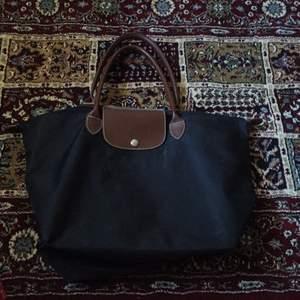 Longchamp väska, köpt på second hand tror att den är äkta. Har ej använt den. Den enda defekten är knappen annars är den prima!   300kr + 50kr frakt.