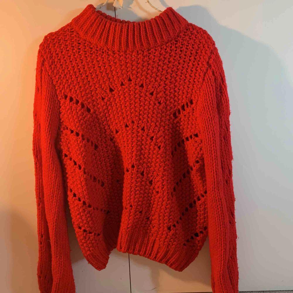 Väldigt tjockt stickad tröja från HM, ser väldigt lyxig ut just eftersom den är så pass tjockt stickad! . Stickat.