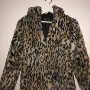 Fake päls med leopard mönster från H&M. Har en mysig luva perfekt för sämre väder. Kan mötas upp i Stockholm annars tillkommer frakt.