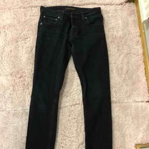 Tajta svarta Nudie jeans, använda 2 gånger, köpta för 1400 kr. Klippt bort storlekslapp men en mindre storlek 36 ungefär. Fraktar för 66 kr