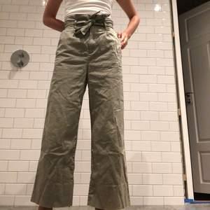 Säljer ett par as snygga H&M byxor med hög midja och ett medföljande skärp som går att ta bort om man vill! Byxorna är i nyskick då det var för stora dör mig!❤️