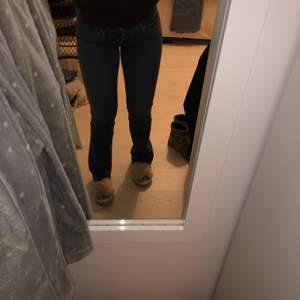 Ett par fina bootcut jeans från Levis, dem är i en perfekt längd och jag är runt 162cm och de sitter väldigt fint på, det är inte min still länge så säljer dem
