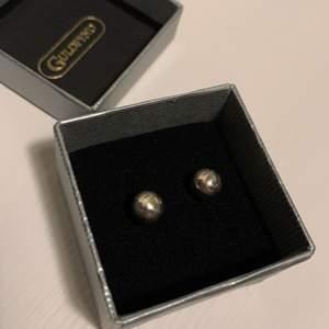Jag säljer ett par silverfärgade pärlörhängen från Guldfynd. Super stilrena och snygga, passar till allt! De är aldrig använda då jag fick dem i present men de aldrig kommit till användning💞💞