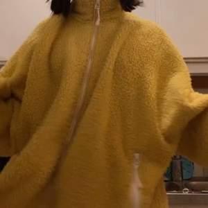 Hej! Är i akut behov för lite pengar just nu innan jul och säljer då min nya gula fluffiga tröja från Monki som inte kommer till användning.. den är i storlek XL och är jättemysig och bekväm. Köpt för 350kr❤️ möts upp i Sthlm så snart som möjligt om du är intresserad💜