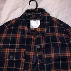 En supersnygg skjortjacka köpt på Raglady. Köptes på rea för cirka 1000 kr. Använd ett fåtal gånger så den är som ny.
