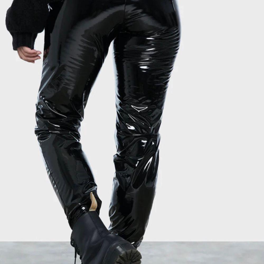Sjukt snygga vinyl byxor från bikbok. Säljer pga att jag inte använder dom. Använda 1 gång nypris 400kr.  Priset går alltid att diskutera. Jeans & Byxor.