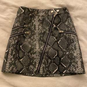 Fejk-läderkjol i storlek xs, från Bershka. Säljs de den e för liten. Figursydd och riktigt fräsig!