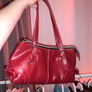 Aas fin röd handväska köpt second hand, vita sömmar på. Ganska rymlig och i bra skick!