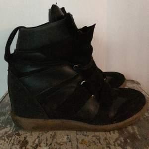 Säljer mina isabel marant liknande skor i äkta läder och mocka!! De är i använd skick och det kan mycket väl vara äkta Isabel marant men inget märke syns, hittade de i källaren men fint material. Tror nypris ligger nånstans mellan 1500-3000!