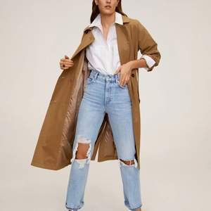 säljer dessa skitsnygga jeans från mango i storlek 32!! Vill bli av med dem så fort som möjligt så det är först till kvarn🥰