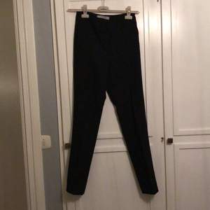 Supersnygga kostymbyxor från asos. De är veckade över benen vilket är svårt att få med på bild. Köpare står för frakt. Storlek xs men skulle säga att de är mer som en s
