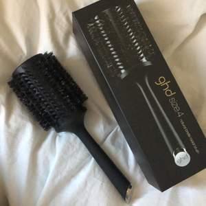 Ghd borste i size 4, köpte för tre månader sen men kommer inte till användning nu när jag klippte kort frisyr. Fräsch och som ny. Köpt för 350, säljer för 200🧡