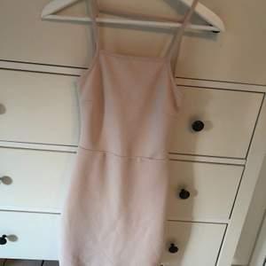 Jättefin festklänning! Smala band, bar rygg. Tjockare material nere vid kjolen vilket gör att den inte är så genomskinlig, den har även en innerkjol så det blir dubbelt tyg i kjolen. Den formar sig fint och gör så att höfterna ser lite större ut, man får mer timglasfigur 😄 finns en pyttepytteliten mörkröd fläck på baksidan av kjolen, men det är nästan så man behöver förstoringsglas för att se den. Finns även två små röda fläckar på innerkjolen men inget som syns när den sitter på! ✨
