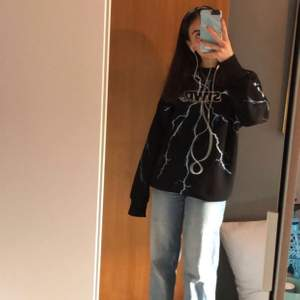 Svart sweatshirt med tryck och blåa blixtrar. Säljer för 200 kr. Storlek S i man storlek. Nästan aldrig använda. Skriv för fler bilder. (Kan skicka måtten)