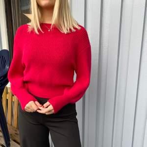 En röd/rosa stickad tröja från Mango i storlek xs/s jag köpte den för 800kr, köparen står för frakten och betalning sker via Swish! Kan även hämtas i Trollhättan😊😊😊