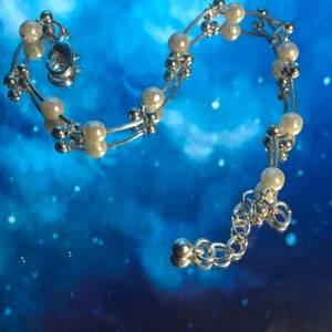 Säljer ett halsband och ett armband som set eller separat. 15/st och 30 för båda+frakt. Kan bara skickas.💖🤩
