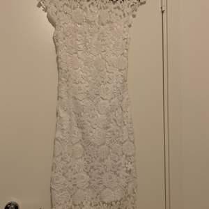 Vit klänning från märket Guess som endast är använd 1 gång. Storlek: xs men passar även en xxs