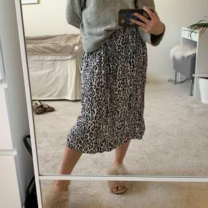 lång plisserad kjol med 🐆-mönster ifrån zara 🤍🤍🤍🤍