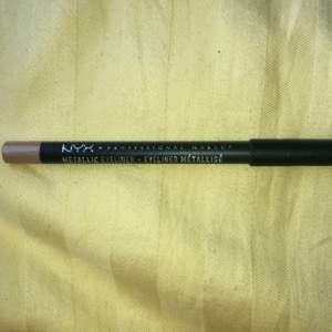 Säljer denna metallic eyeliner från nyx som är köpt på H&M, pga jag köpte fel skulle köpt en läpp penna men märkte inte att jag köpt en eyeliner förens jag kom hem och öppna paketet😳Därav är den ej andvänd eftersom jag inte andvänder eyeliner testade färgen på bild 2!Färgen heter rose gold och är vattenfast!💓