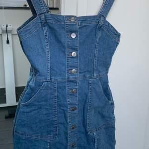 Fin blå jeans-hängselklänning! Säljer den då den inte riktigt passar mig längre🤍🤍