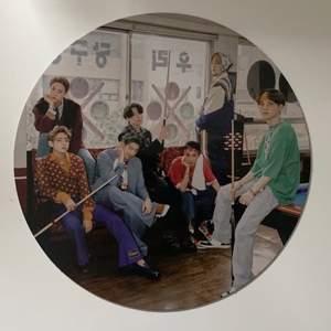 Bts 2021 seasons greetings group circle photo! Helt oanvänd och ny. Packar ihop den säkert! Tar dock inte ansvar för postens slarv och jag skickar med några freebies! 💗