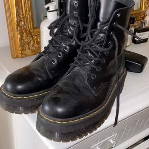 Jadon boots från Dr Martens storlek 41. Lite dammiga på bild men i bra skick.