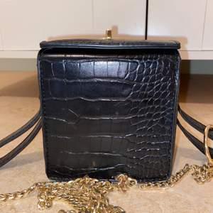Svart krokodil väska från Asos, box väska. Frakt är inräknat i priset😊