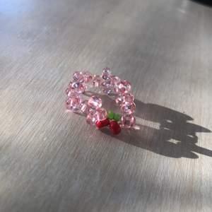 Gullig körsbärs ring som jag gjort själv🍒💞 kan göra i flera färger, det är bara att komma privat om du har några frågor🧡