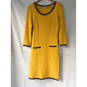 GANNI « Palais Royal » klänning i gul färg. Storlek S ( passar en liten St.M också) Fint skick och inget att anmärka på. Längd: 96cm Material: viskos/ bomull blandning med lite elastan  *RÖKFRI OCH DJURFRI HEM*