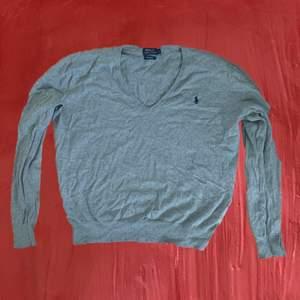 Ljusgrå pullover ifrån polo Ralf Lauren 🖤 kan bäras av L eller mindre om man vill att den är oversized
