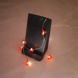 ⚖⚖🔥Egengjort mobilställ i trä med en målad not på baksidan. Gummiduttar under för att den ska stå stadigt. 🔥⚖⚖