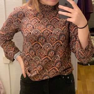 Denna fina tröja är från Indiska. Jag hittar inte lappen för storleken men den passar XS/ S. Kort dragkedja i nacken och lite polo krage. 👚👕100 kr inklusive frakt