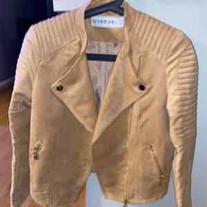 En fin mocca jacka i beige, aldrig använt. Köpt i Stockholm för ungefär 2 år sedan för cirka 500kr