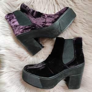 Snygga skor från Tiamo med platå och fin, mörklila velour. Storlek 38. Använda ett fåtal gånger och är i mycket fin skick. Frakt ingår 🌻💞