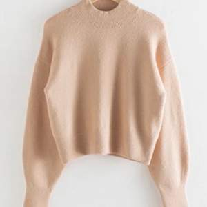 Superfin beige stickad tröja från & other stories i storlek XS. Ordinarie pris 390, mitt pris: 200+frakt 🥰 (finns dessutom i vit och ljusblå på min sida)