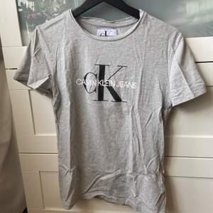 Grå t-shirt från Calvin Klein i storlek M, men skulle säga att den även passar S. Använd men i fint skick. Köpt för 499 och säljer för 150 kr inkl. frakt.