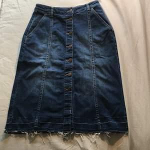 Denim kjol med stretchig midja, passar typ Xs-M! Går till knäna på mig som är 175. Möts Stockholm/fraktar🥰