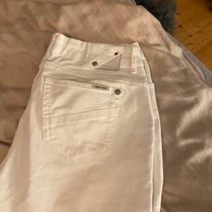 Säljer nu mina vita fina bootcut jeans från GARCIA JEANS. Använda ett fåtal gånger!!