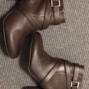 Snygga bruna boots i strl 39. Använda endast 1 gång.