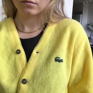 En gul superfin tröja från Lacoste 💞 väldigt skön och superskick.