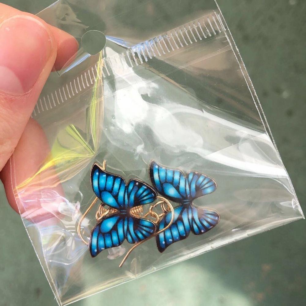 Ett sett armband,örhänge och halsband med vackra blåa fjärilar på! 🦋 helt nya och oöppnade, säljes då det inte är i min stil. Accessoarer.