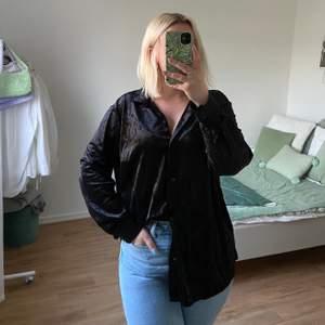 Snygg krossad sammetsskjorta från H&M! Köpte alldeles för stor, för DIVIDED brukar vara litet men inte denna gången 😅 ALDRIG använd så i utmärkt skick!