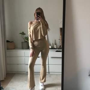 Jättefint och stretchigt set i beige 💛 inte använt alls typ pga jag tycker att byxorna är lite för korta på mig som är 174cm. Annars asfint!!