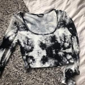 Snygg tröja jag köpte på shein för några veckor sedan. väldigt bra skick då den bara användes 1-2 gånger(säljer då den inte är riktigt min stil längre)
