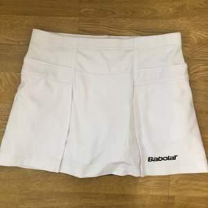 Vit kjol från Babolat för badminton/padel/tennis. Storlek 164/XS.
